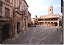 Offida_-_Piazza_del_Popolo_di_giorno